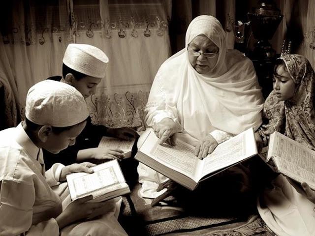 Anakmu Itu Butuh Ibu yang Sholehah, Bukan Ibu yang Kerjanya Hanya Berdandan dan Bersolek
