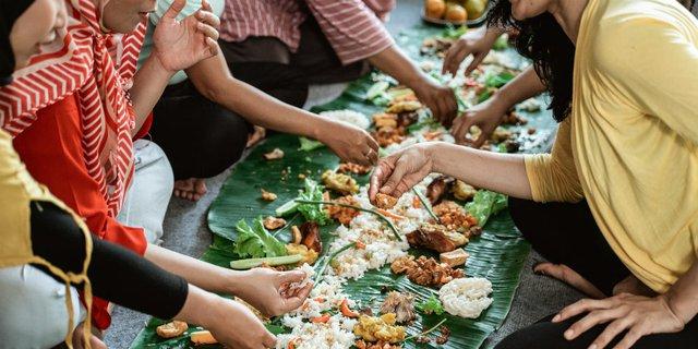 8 Manfaat Makan Pakai Tangan (No. 5 Jarang Disadari)