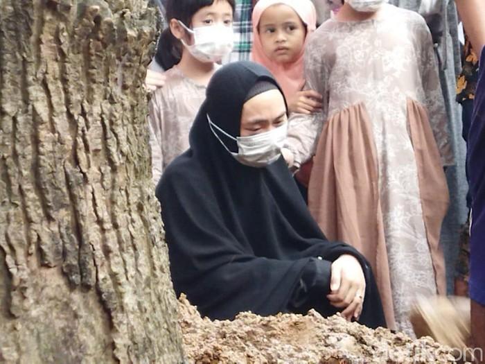 Prosesi Pemakaman Ayah Oki Setiana Dewi, Ustaz Yusuf Mansyur Gotong Keranda