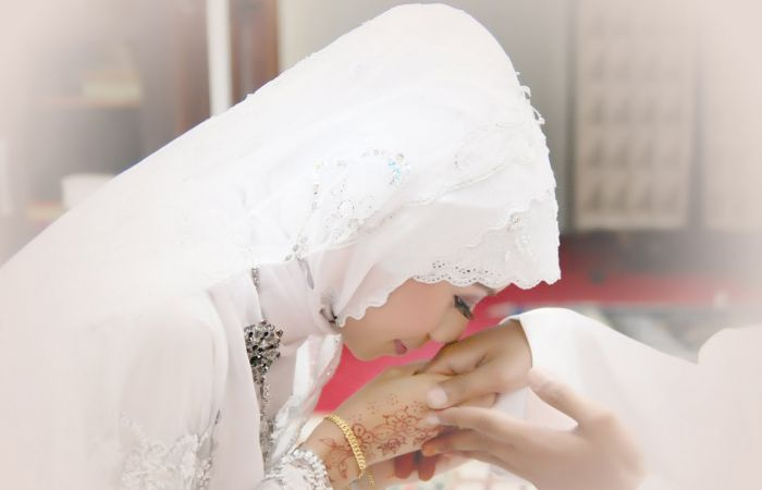 Hikmah Dibalik Mencium Kening Istri dan Mencium Tangan Suami