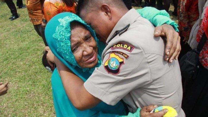 Kisah Viral Anak Pemulung Berhasil Menjadi Polisi, Cium Kaki Ibu, Modal Rp 300.000 dari Hasil Mulung Bareng Ibunya